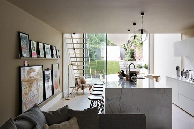 Картины на полке на кухне