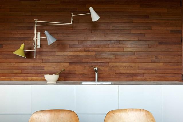 Деревянная облицовка стены на кухне