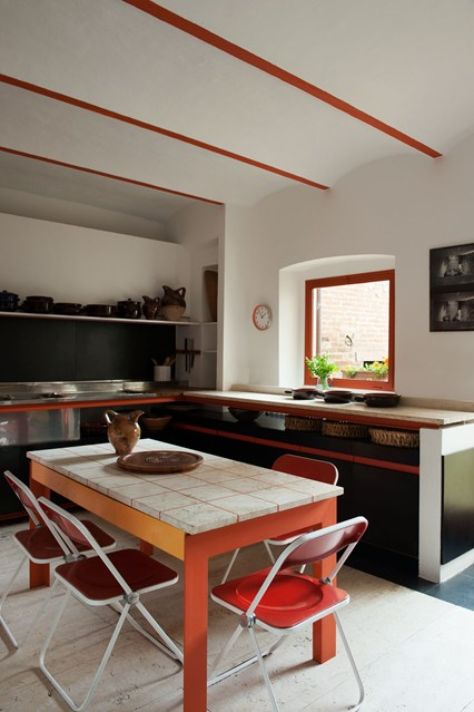 Оранжевый акцент на кухне
