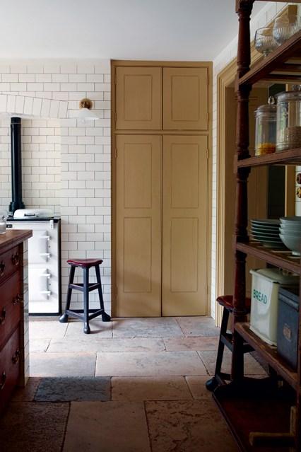 Деревянная дверь на кухне