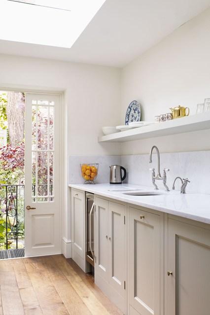 Выход на террасу и потолочное окно на кухне