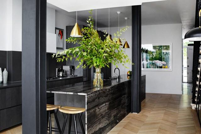 Черные колоны на кухне