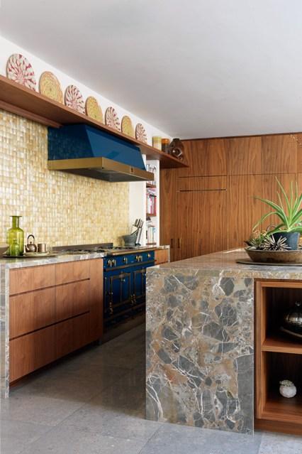 Высокая полка с предметами декора на кухне