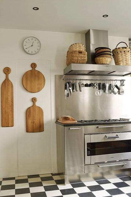 Разделочные доски на стене кухни