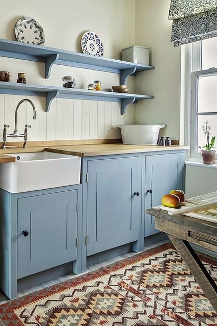 Узорчатая плитка на полу кухни