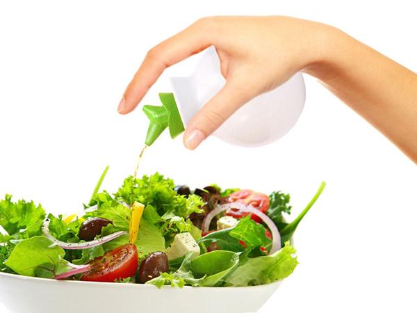 Процесс заправки салата маслом
