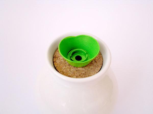 Пластиковая крышка на баночке для масла