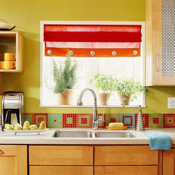 Разноцветная мозаичная плитка на фартуке