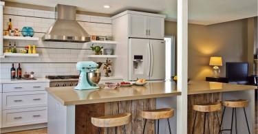Современность и загородный стиль в интерьере компактной кухни в Сан-Диего
