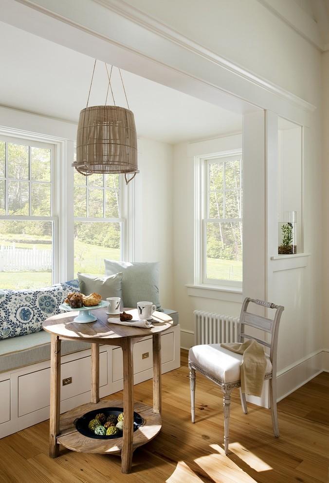 Белые стены в зоне отдыха у кухни