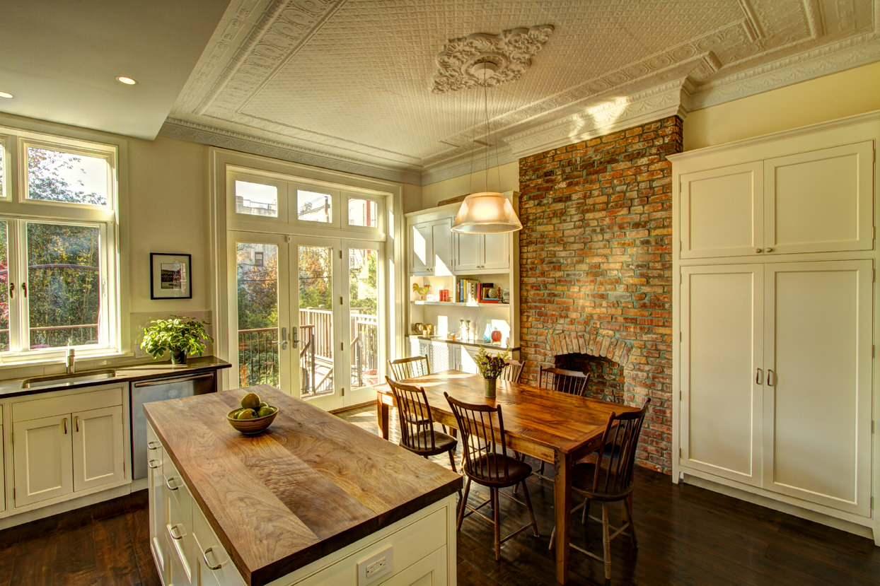 Сочетания дерева и кирпича в оформление кухни
