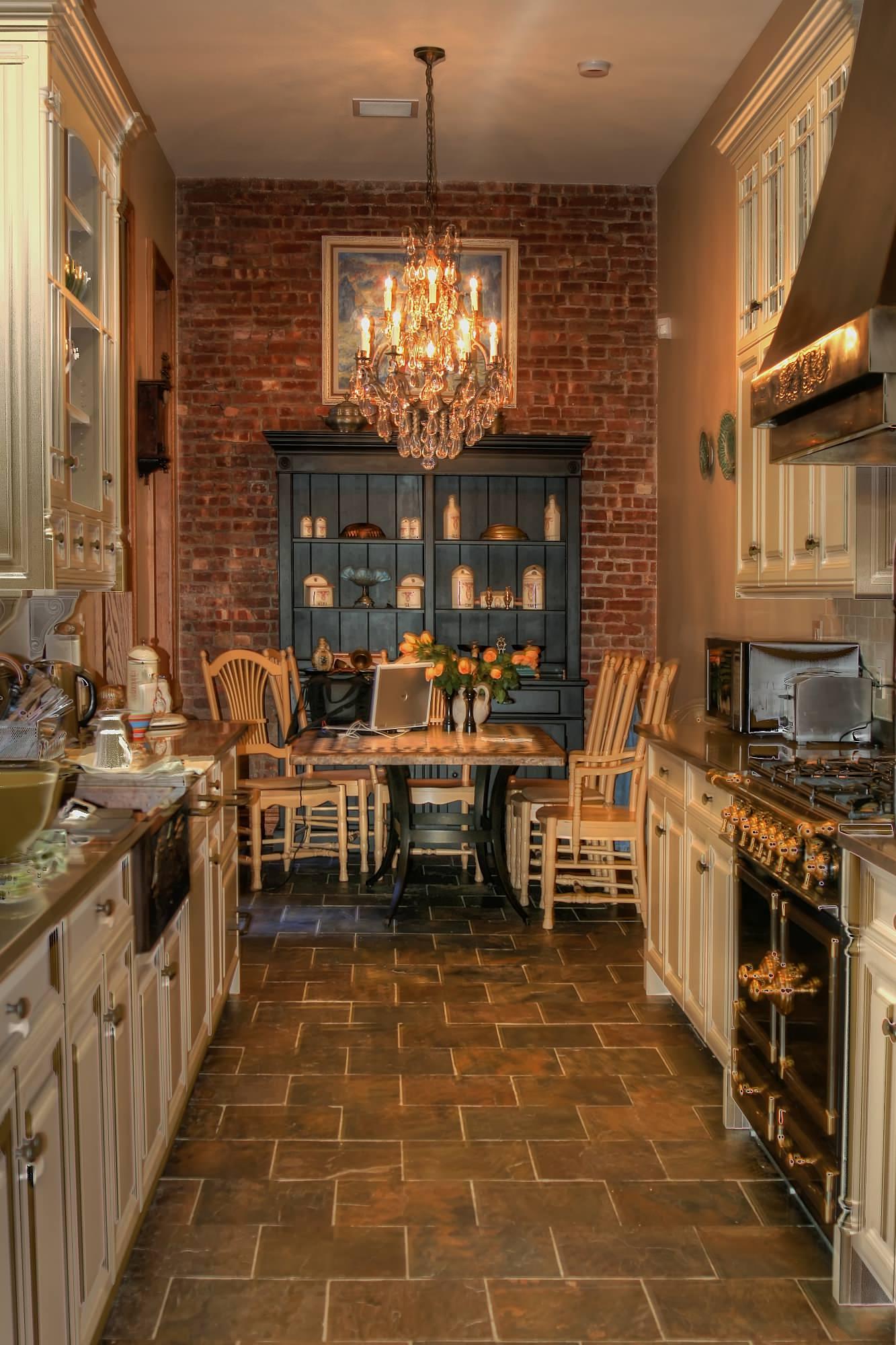 Темная плитка на кухне