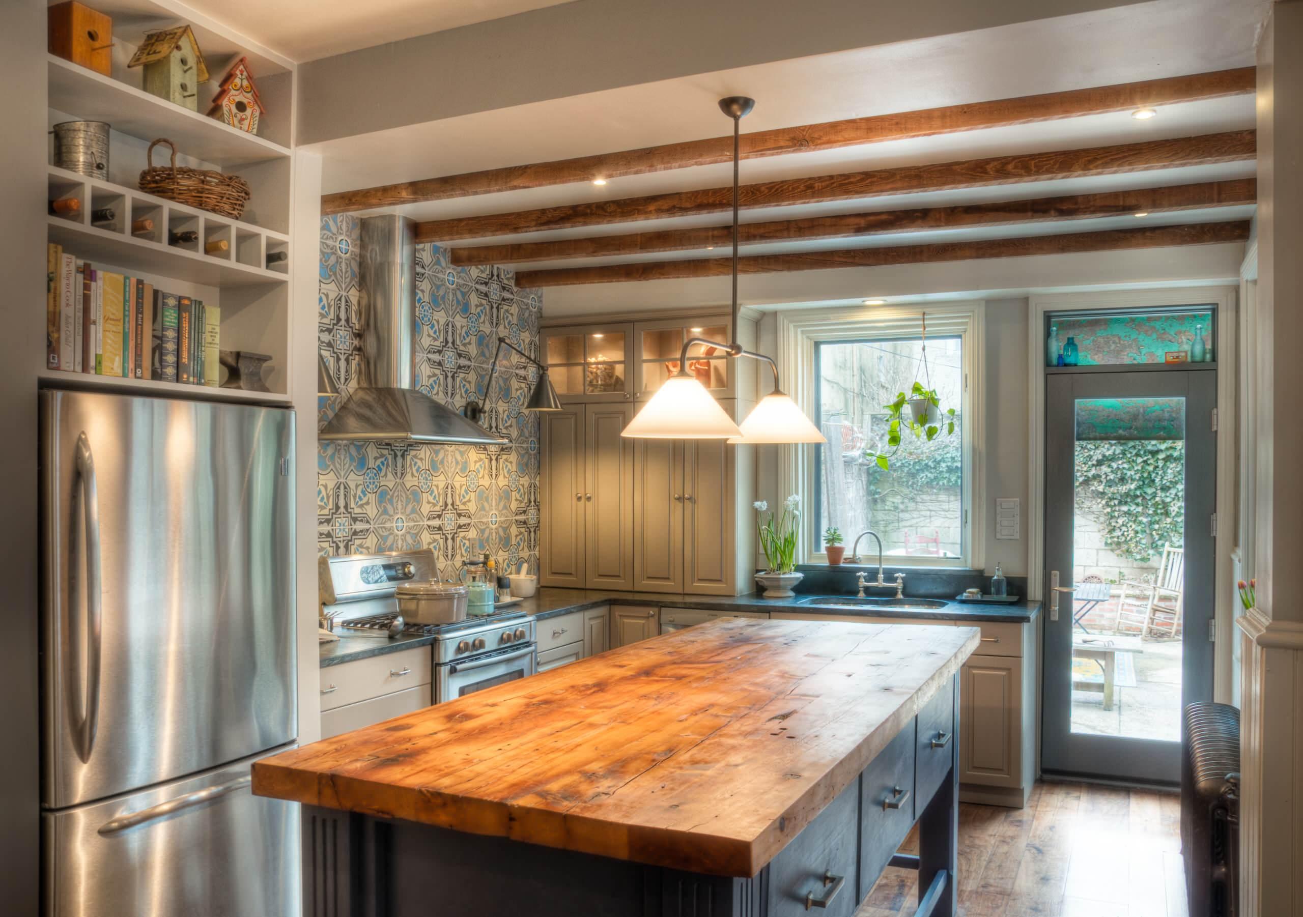 Длинный стол из дерева на кухне