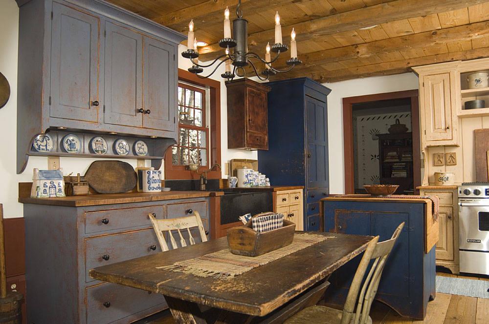 Старинный потертый стол на кухне