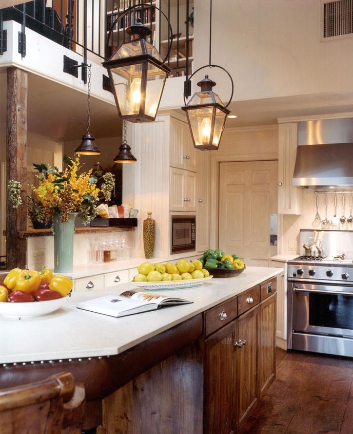 Фрукты на деревянной мебель на кухне