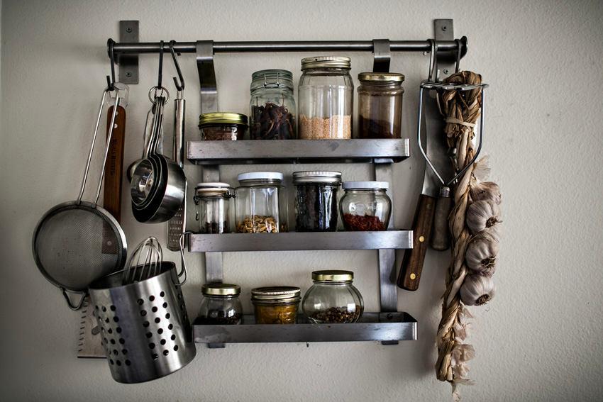 Настенные полки из металла на кухне
