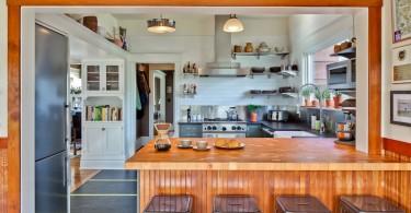 Металлические табуреты у барной стойки из натурального дерева в интерьере кухни от Gaspar's Construction