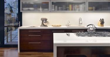 Шкафы с прозрачным фасадом в стильном интерьере кухни