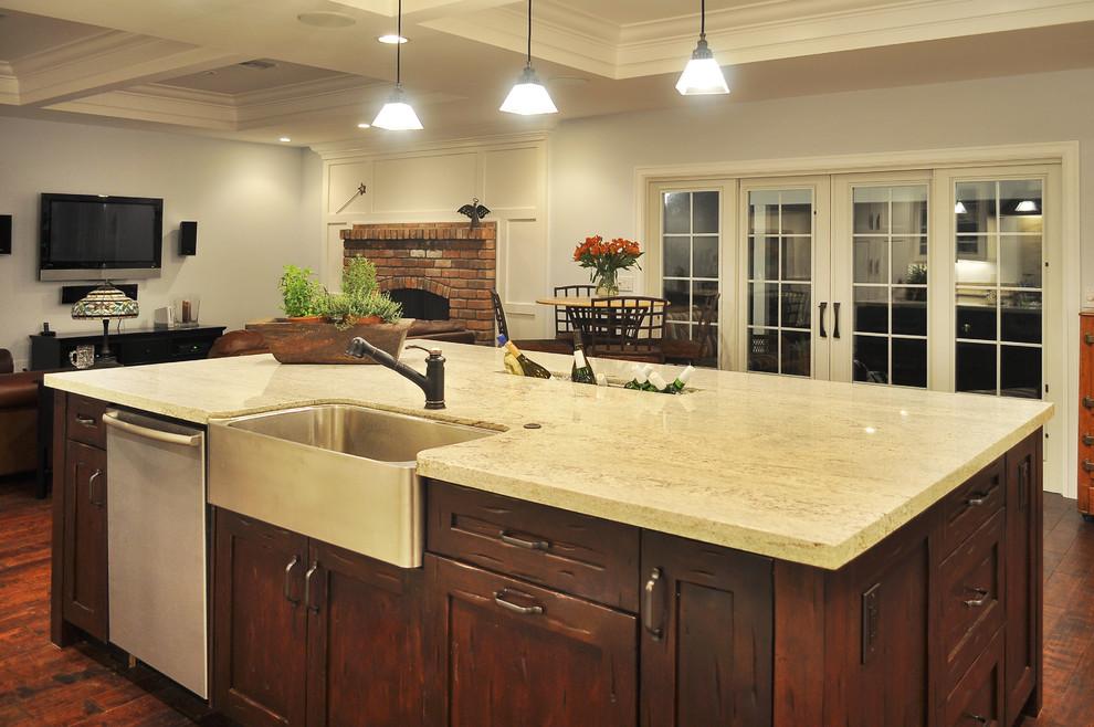 Винтажная кухонная раковина с выступающим фасадом от Pankow Construction - Design/Remodeling - PHX, AZ