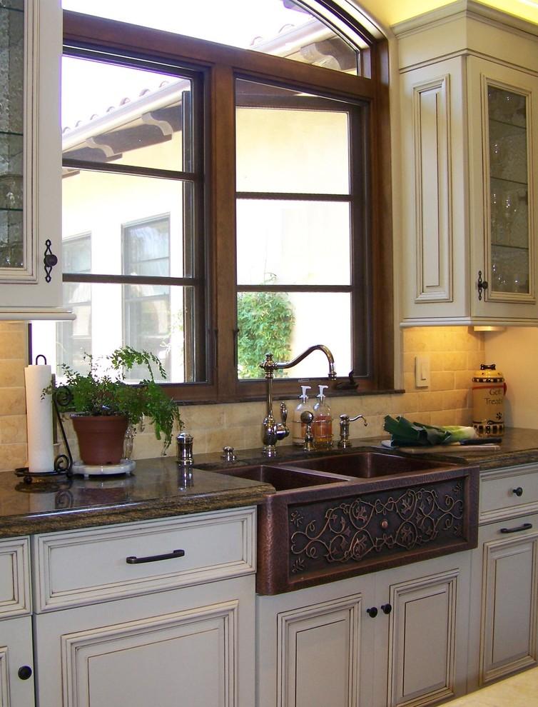 Винтажная кухонная раковина с выступающим фасадом от Design Moe Kitchen & Bath / Heather Moe designer