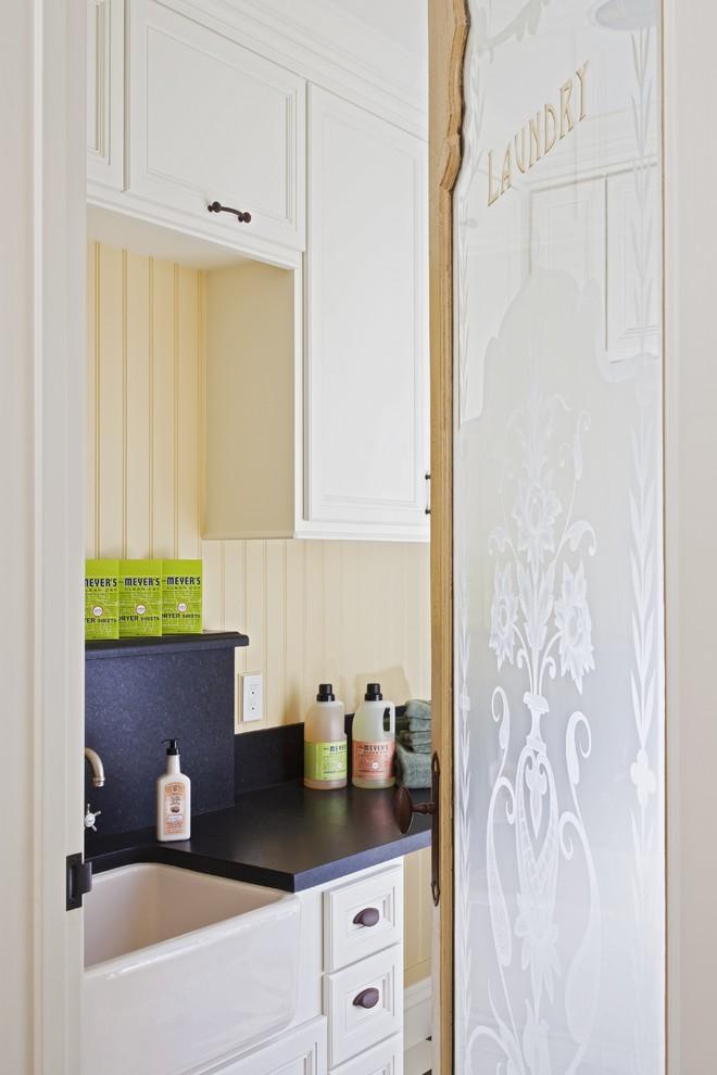 Винтажная кухонная раковина с выступающим фасадом от Brownhouse Design, Los Altos, CA