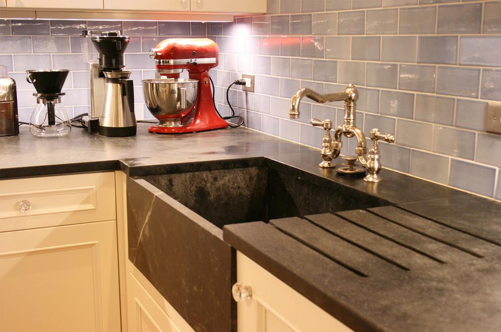 Винтажная кухонная раковина с выступающим фасадом от Frank Valdes