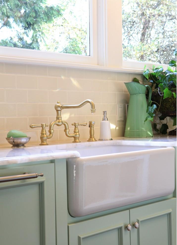 Винтажная кухонная раковина с фасадом от Garrison Hullinger Interior Design Inc.