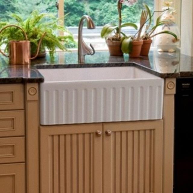Винтажная кухонная раковина с выступающим фасадом от Superior Woodcraft, Inc.