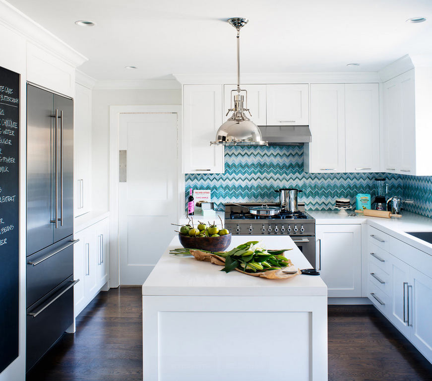 Яркий бирюзовый фартут на белой кухне