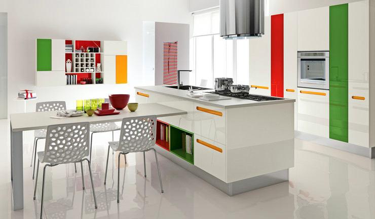 Яркие цветовые штрихи на белой кухне