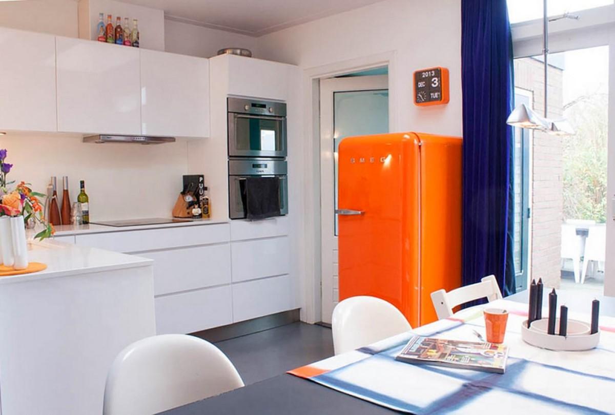 Красный холодильник на белой кухне