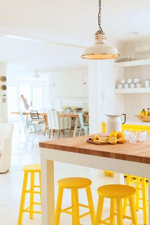 Желтые барные стулья на белой кухне