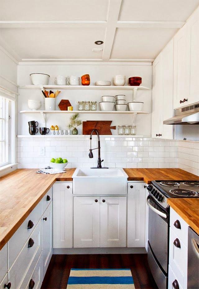 Коричневые деревянные столешницы на белой кухне
