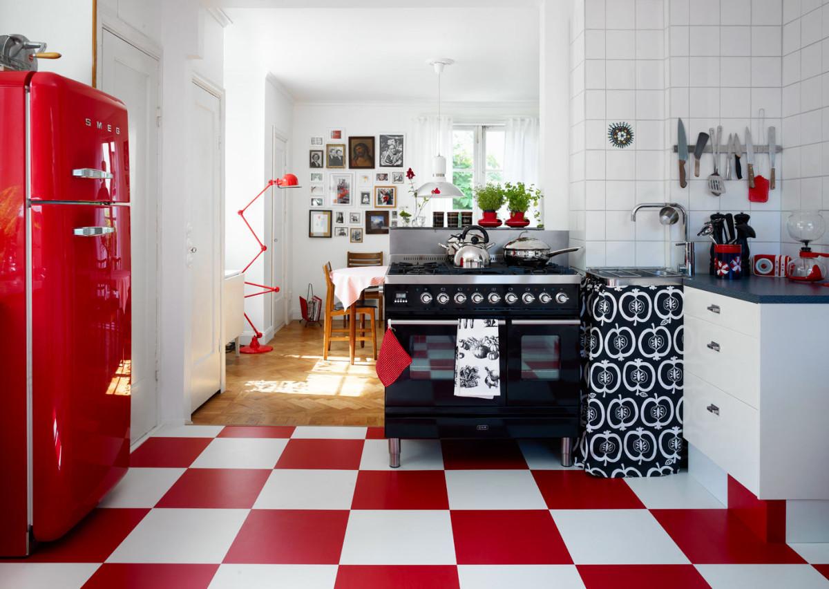 Шахматный пол на белой кухне