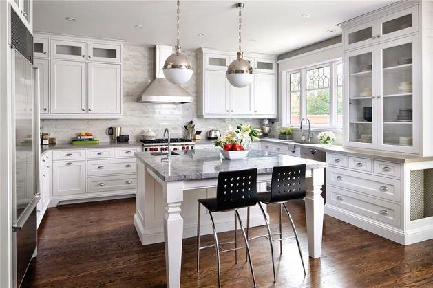Темный коричневый пол на белой кухне