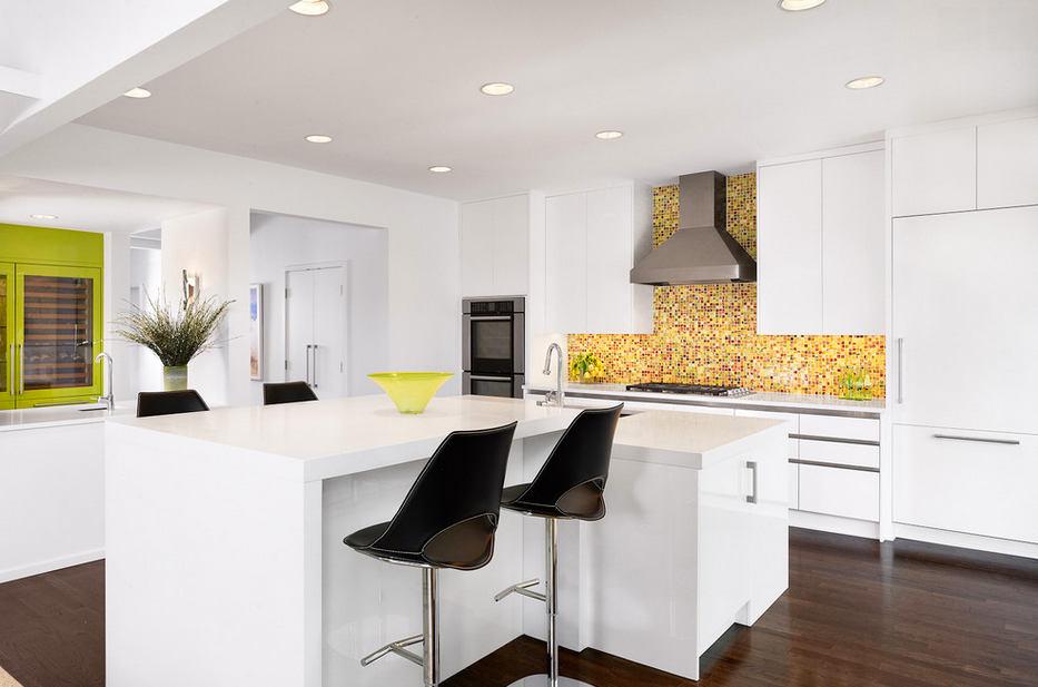 Яркий желтый фартук на белой кухне