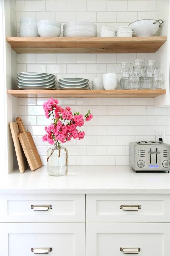 Деревянные полки на белой кухне
