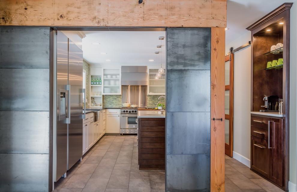 Стена между столовой и кухней, облицованная деревянными панелями