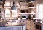 Большие керамические чаши на открытых полках в интерьере кухни