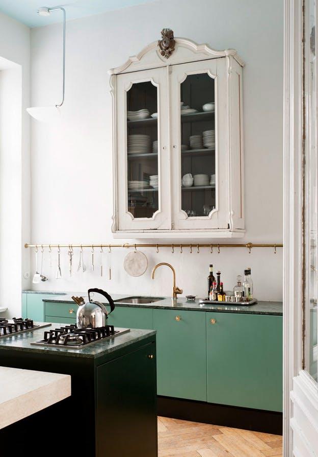 Изделия из латуни в интерьере кухни