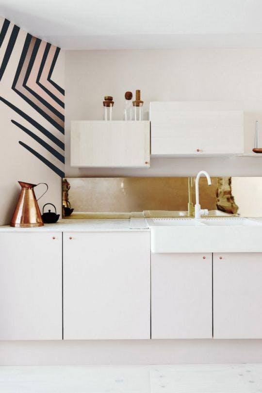 Плитка медного цвета на кухне
