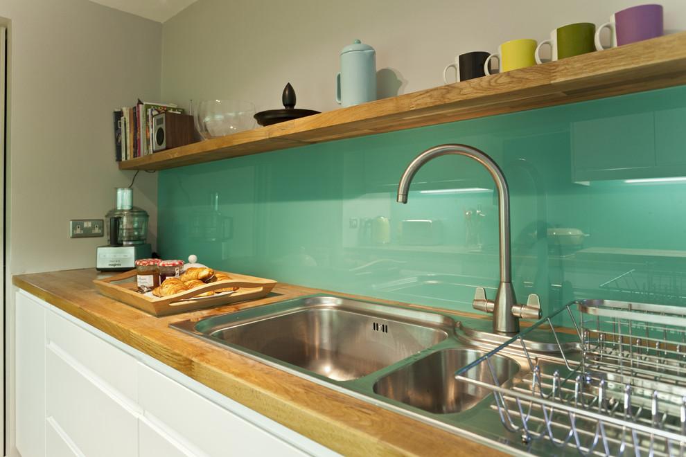 Окрашенное стекло за кухонной мойкой