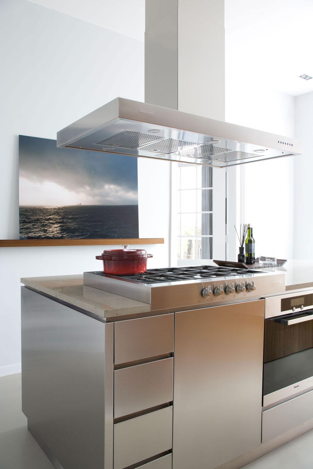 Большая современная вытяжка на кухне