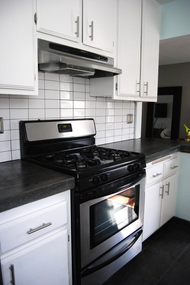 Бетонная столешница в интерьере белой кухни от Natalie Myers