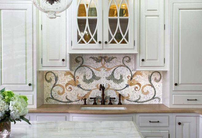 Узорное мозаичное панно в оформлении кухонного фартука