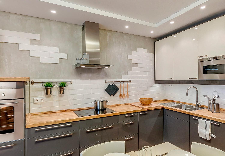 Красивое оформление фартука из керамической плитки в интерьере кухни