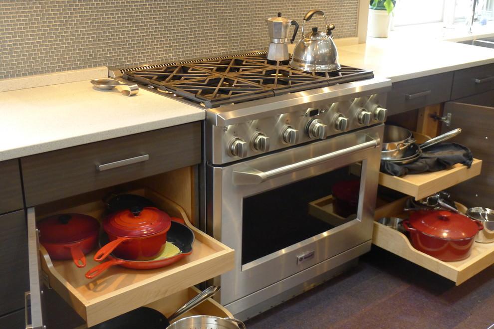Место для кастрюль и сковородок на кухне