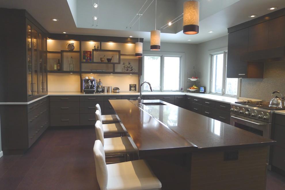 Просторная кухня с сервантом для посуды