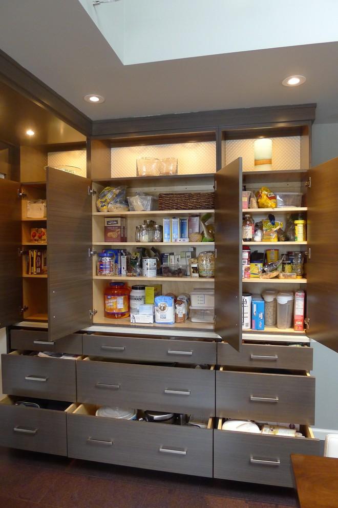 Полки в шкафу для сыпучих продуктов