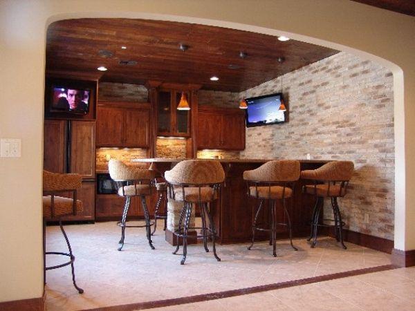 Компактный домашний бар с удобными устойчивыми стульями